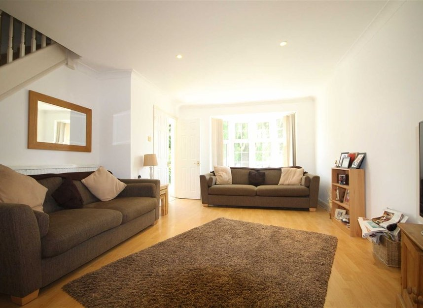 Properties to let in Fairlawns - TW16 6QR view2